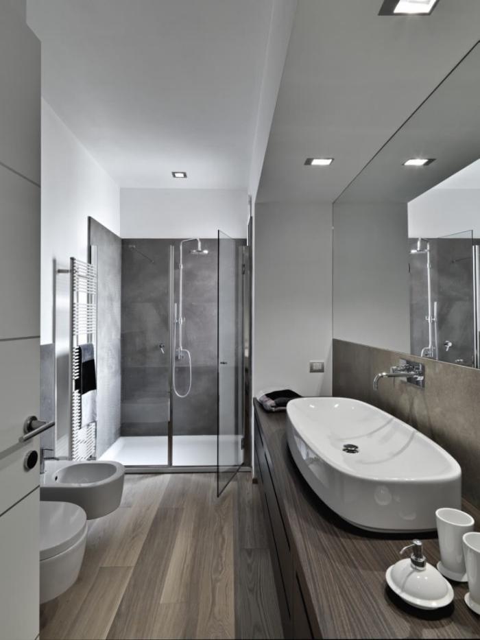 parquet flottant salle de bain, cabine de douche au carrelage gris anthracite avec paroi en verre
