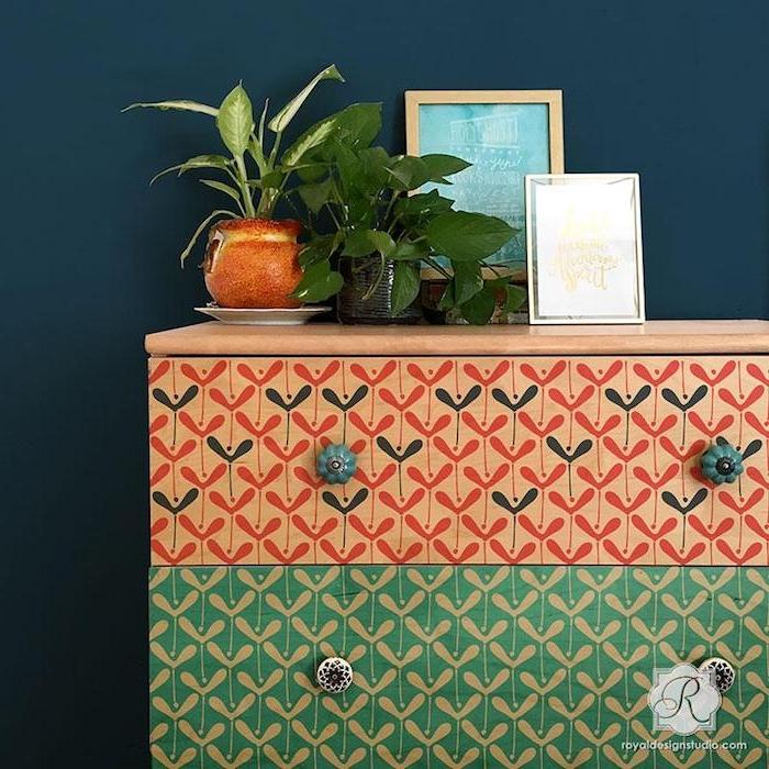 peindre un meuble à motifs intéressants, peinture marron clair et verte, boutons vintage, plantes vertes et cadres photo