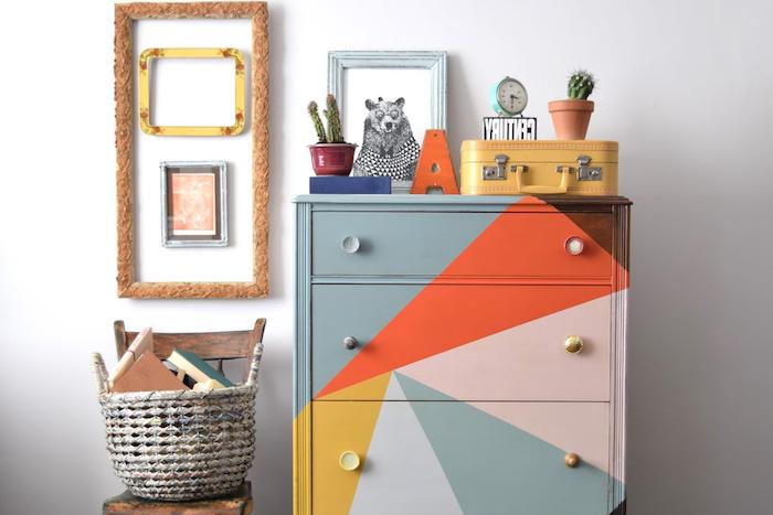 comment repeindre un meuble, commode colorée à triangles de couleurs diverses, rose, gris, rouge et jaune, accessoires decoratifs, panier de rangement vintage