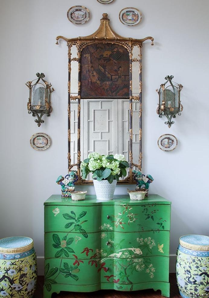 idée comment repeindre un meuble ancien, une commode couleur verte à motifs floraux, plantes vertes, accessoires deco orientale