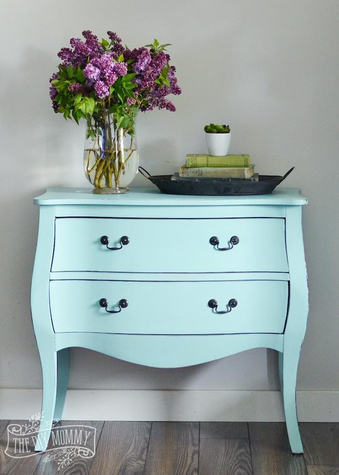 petite table de service repeinte en bleu, idée comment peindre un meuble ancien, poignées de tiroir vintage, bouquet de fleurs, deco esprit zen