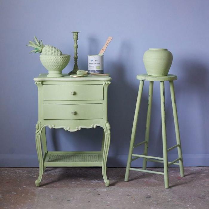 comment customiser un meuble ancien, un meuble repeint en vert avec des accessoires decoratifs verts sur un mur de fond violet