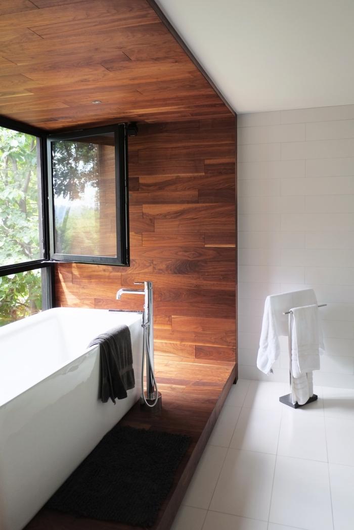 parquet flottant salle de bain, déco pièce aux murs blancs avec revêtement en bois foncé et fenêtre noire