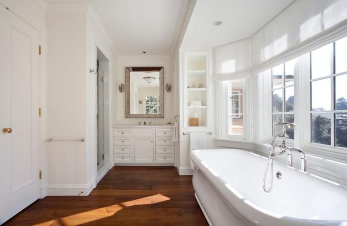 meuble sous vasque salle de bain, déco vintage en blanc et meubles en bois avec finitions dorées, pièce blanche avec plancher en bois foncé