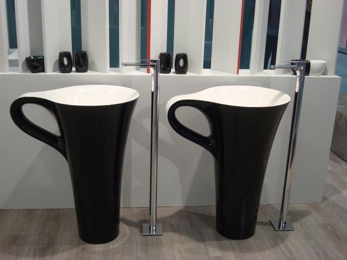 meuble salle de bain double vasque, déco pièce blanc et noir avec meubles noirs et plancher en bois clair