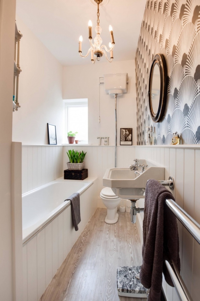 salle de bain avec parquet, aménagement pièce en longueur avec plafond blanc et plancher en bois clair
