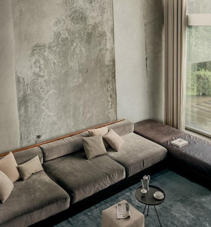 peinture couleur ficelle, rideaux couleur grege et canapé gris anthracite. tapis bleu, table basse noire
