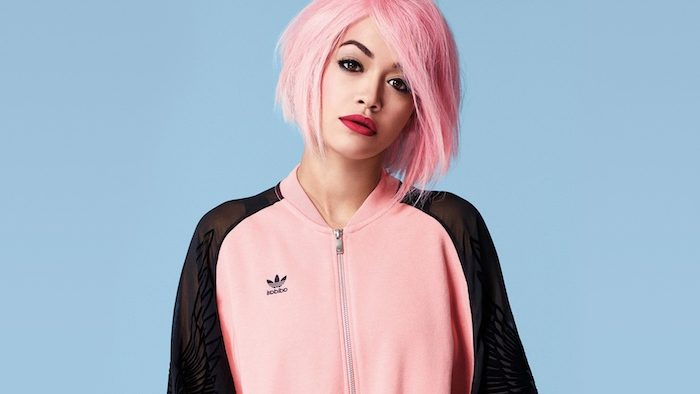 carré plongeant visage rond avec volume sur des cheveux lisses couleur rose, rita ora ave cune tenue sport noir et rose