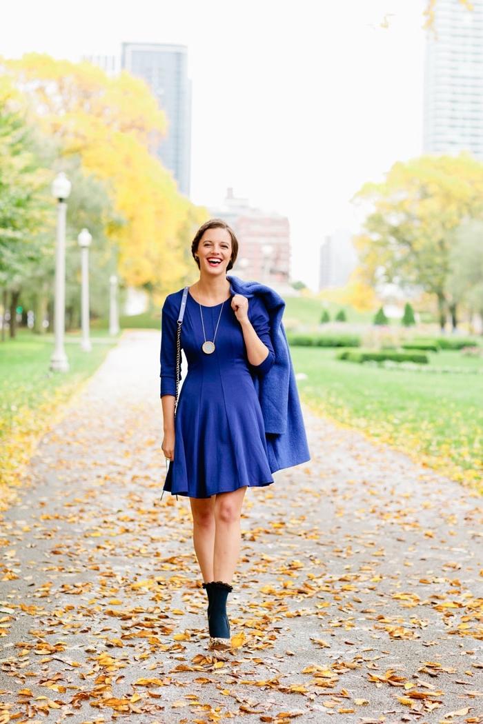 robe mariage invitée, maquillage aux lèvres rouges, robe bleu foncé avec manteau bleu foncé et chaussures dorées