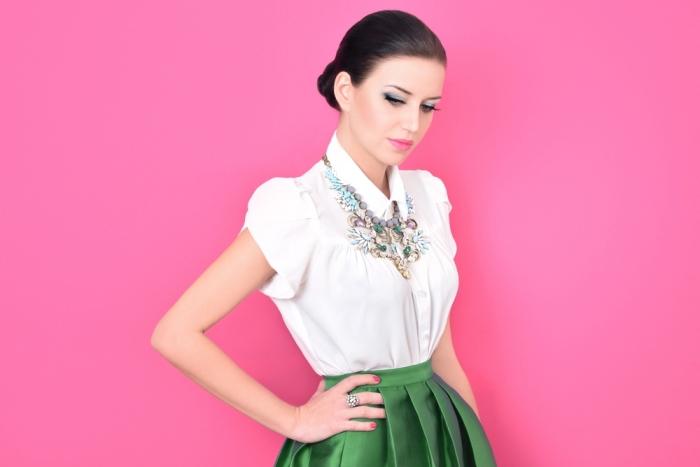 comment s habiller pour un mariage, tenue pour mariage en jupe verte et chemise blanche aux manches courtes