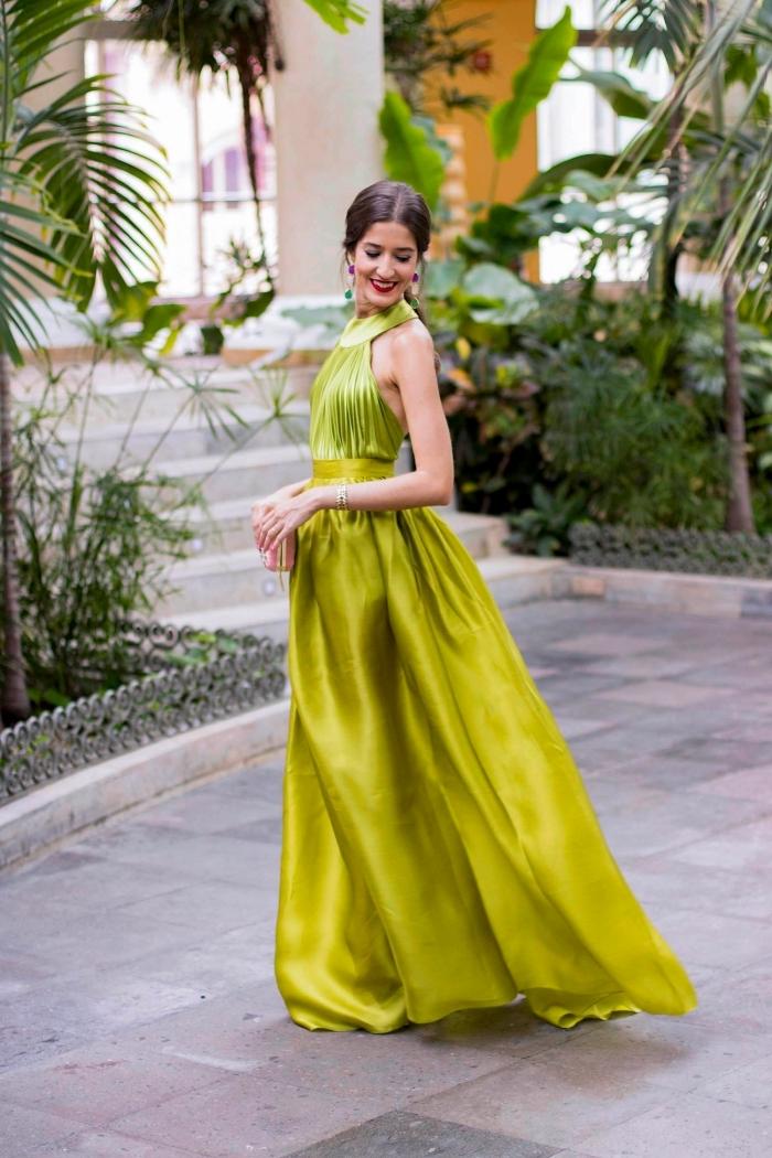 robe invitée mariage, coiffure de cheveux attachés en queue de cheval, modèle de robe longue en vert avec ceinture