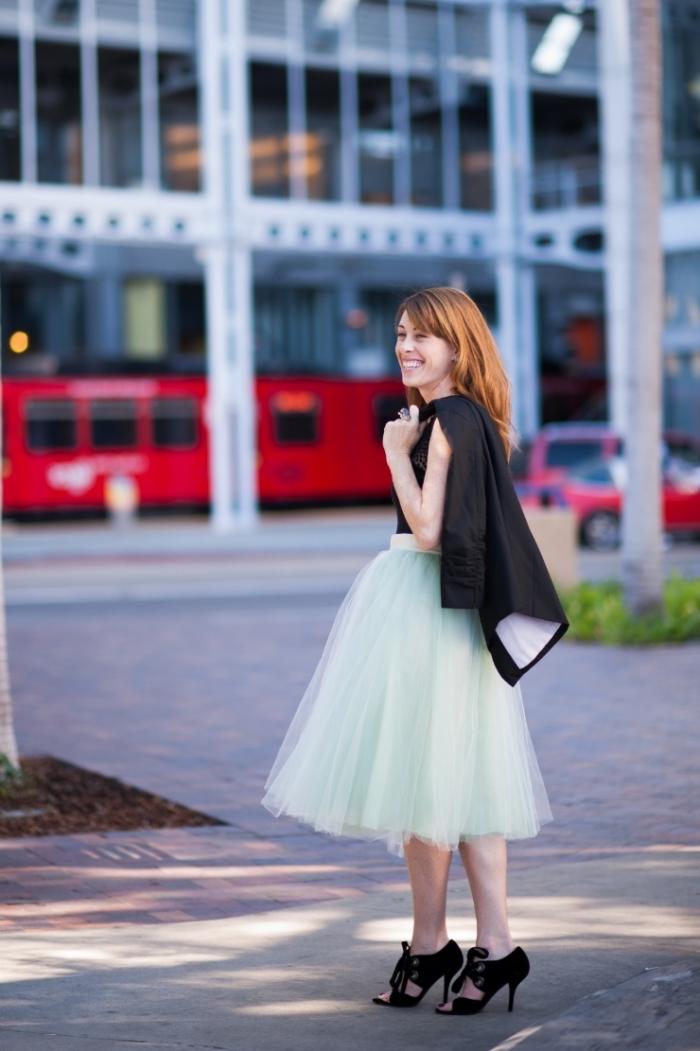 comment s habiller pour un mariage, jupe tutu en vert pastel combinée avec top noir et sandales à talons