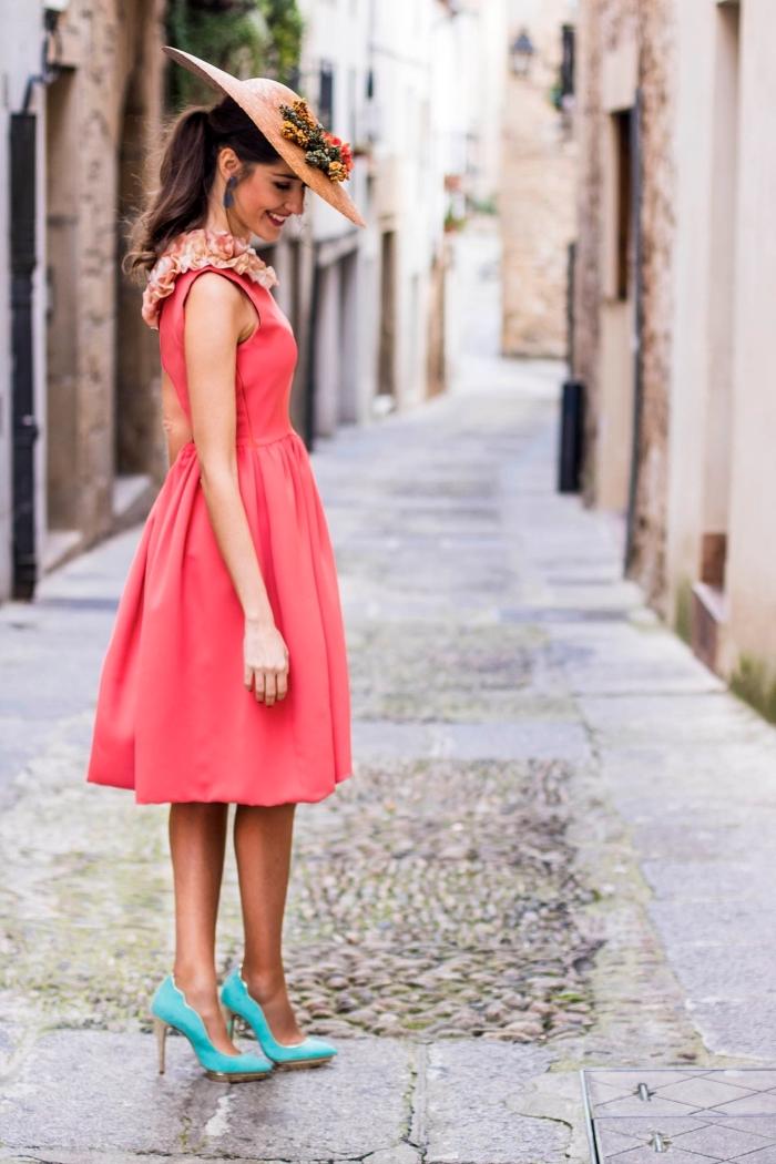 robes de cocktail pour mariage, chaussures bleues à talons hauts avec robe rouge et capeline beige