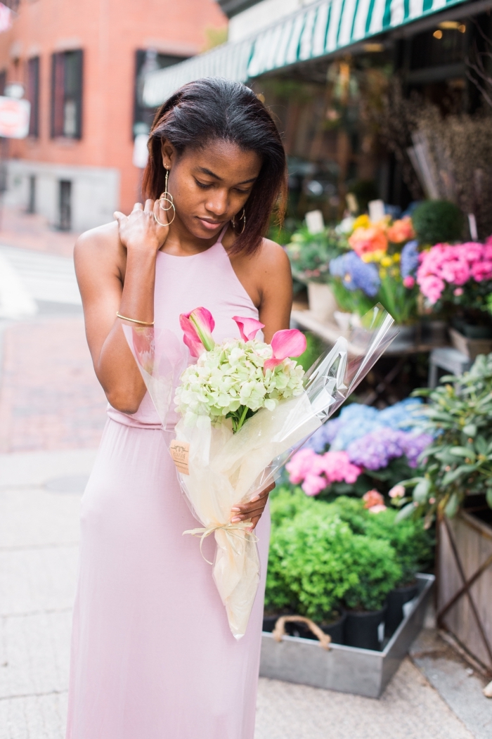 robe mariage invitée, coupe de cheveux mi long pour femme, robe longue en rose pastel portée avec bijoux en or