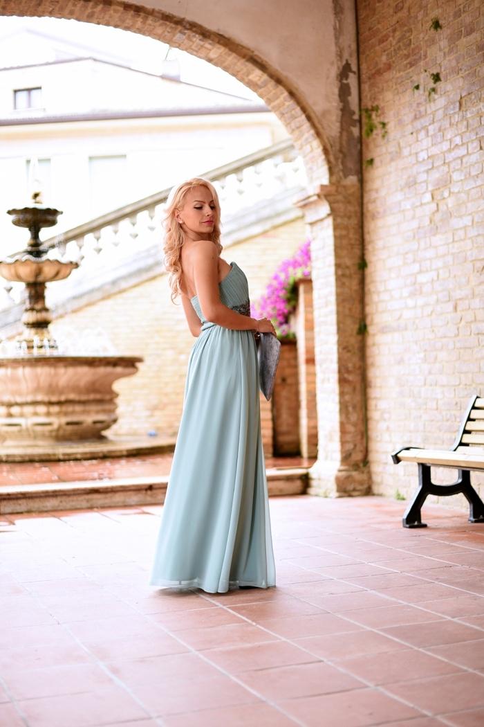 robe mariage invitée, coiffure des cheveux longs et blonds avec boucles, robe avec bustier longue de couleur bleu pastel