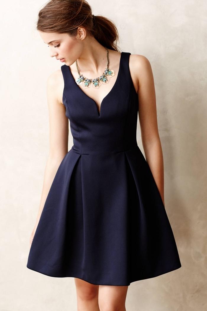 robe élégante pour mariage, coiffure de cheveux châtain attachés en queue de cheval, robe courte en noir avec collier turquoise