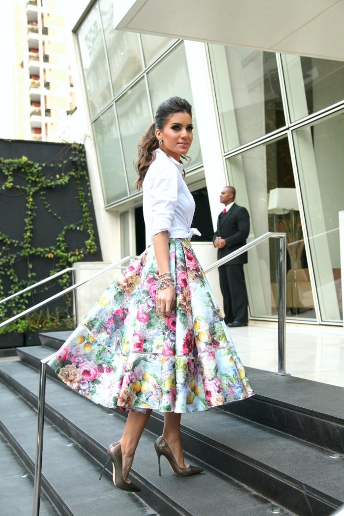 comment s habiller pour un mariage, jupe longue aux motifs floraux combinée avec chemise blanche et chaussures grises
