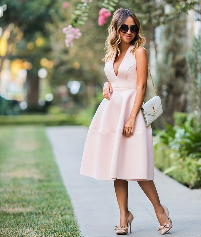 robe invitée mariage, balayage blond sur cheveux mi longs et bouclés, robe avec décolleté en v en rose pale