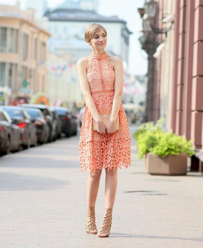 robe invitée mariage, coupe de cheveux courts, coloration cheveux blond foncé, robe en corail avec pochette et sandales beige