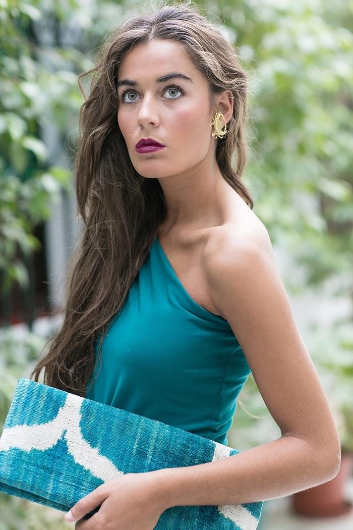 robe habillée pour mariage, modèle de robe au bustier asymétrique de nuance turquoise, maquillage pour yeux verts