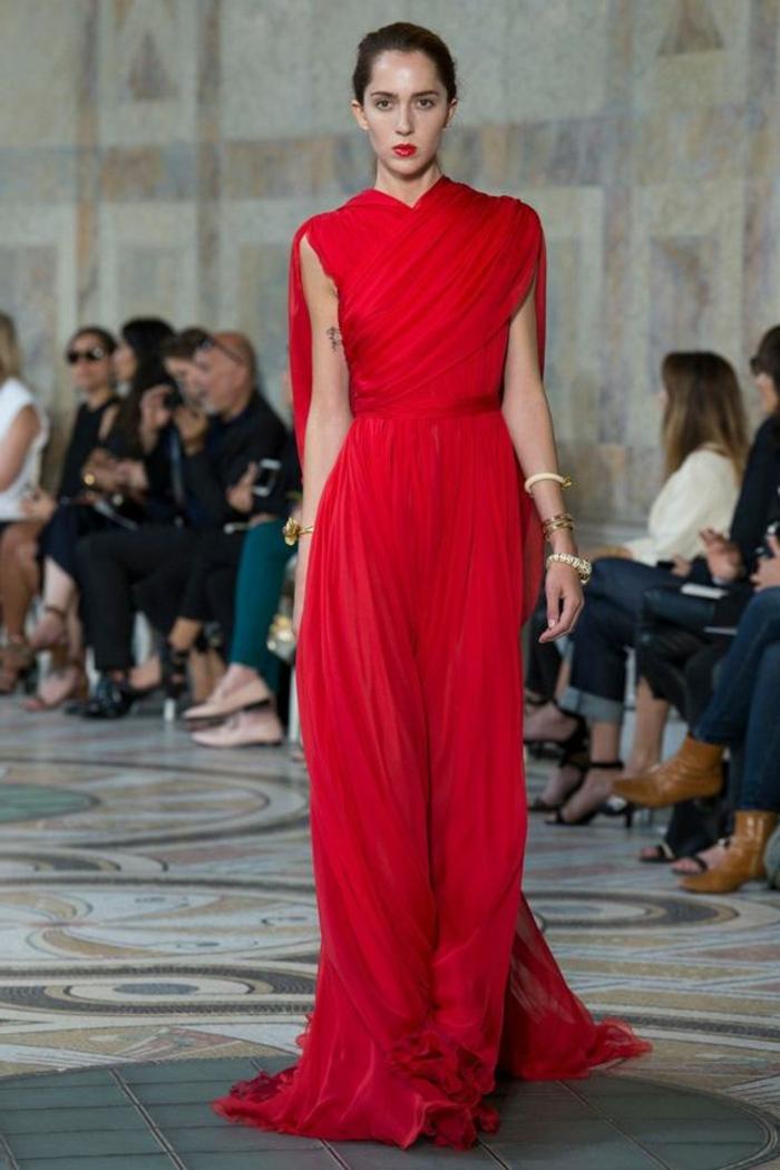 robe pour mariage rouge style déesse grecque, buste avec effet drapé, ceinture en tissu rouge, bracelets blancs sur les poignets