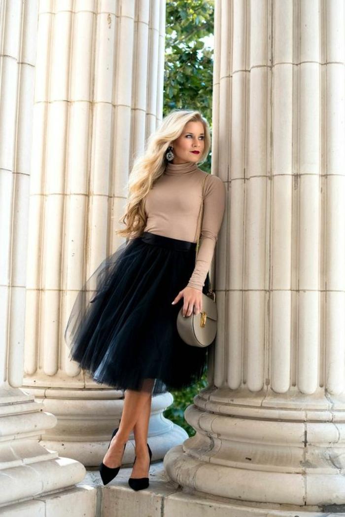 robe pour mariage de l'après-midi, escarpins pointus noirs, blouse moulante polo en couleur chair avec des manches longues, sac en nuance sablée, jupe en tulle noir évasée