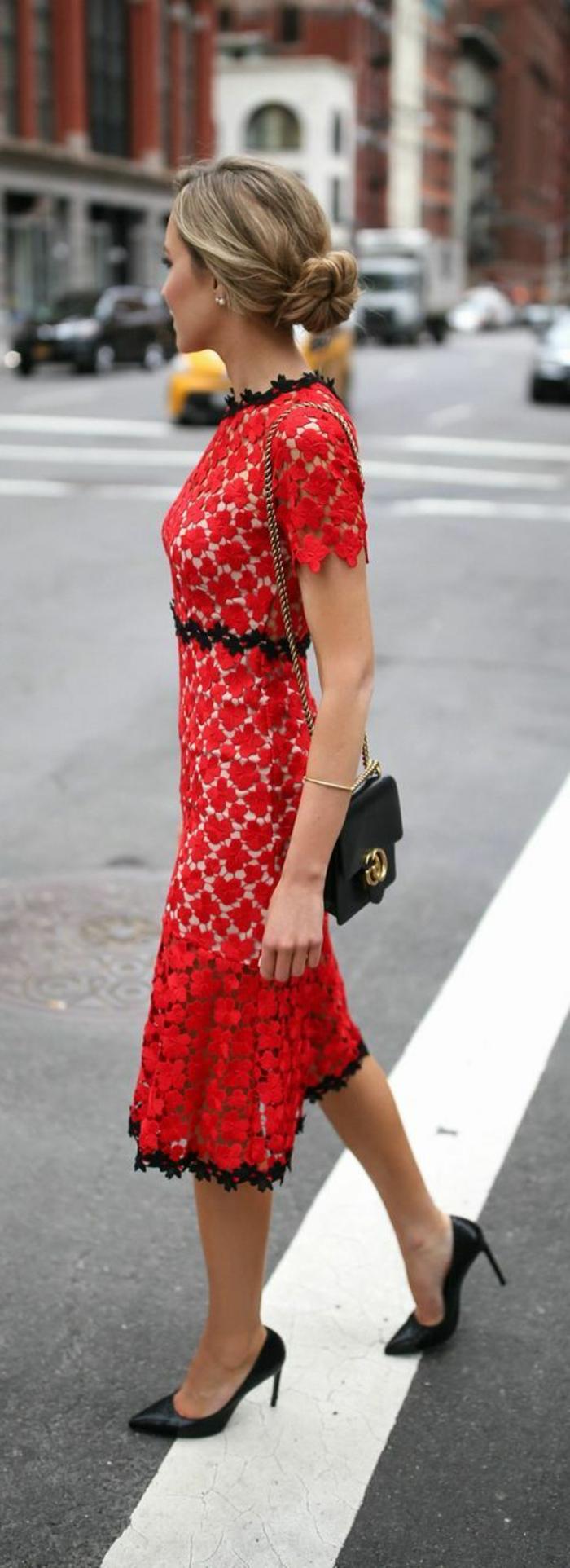 robe pour mariage ajourée en dentelle rouge, avec ourlets en dentelle noire, motifs fleuris, ceinture en dentelle noire, micro sac noir avec fermeture métallique en style vintage, escarpins noirs talons aiguilles