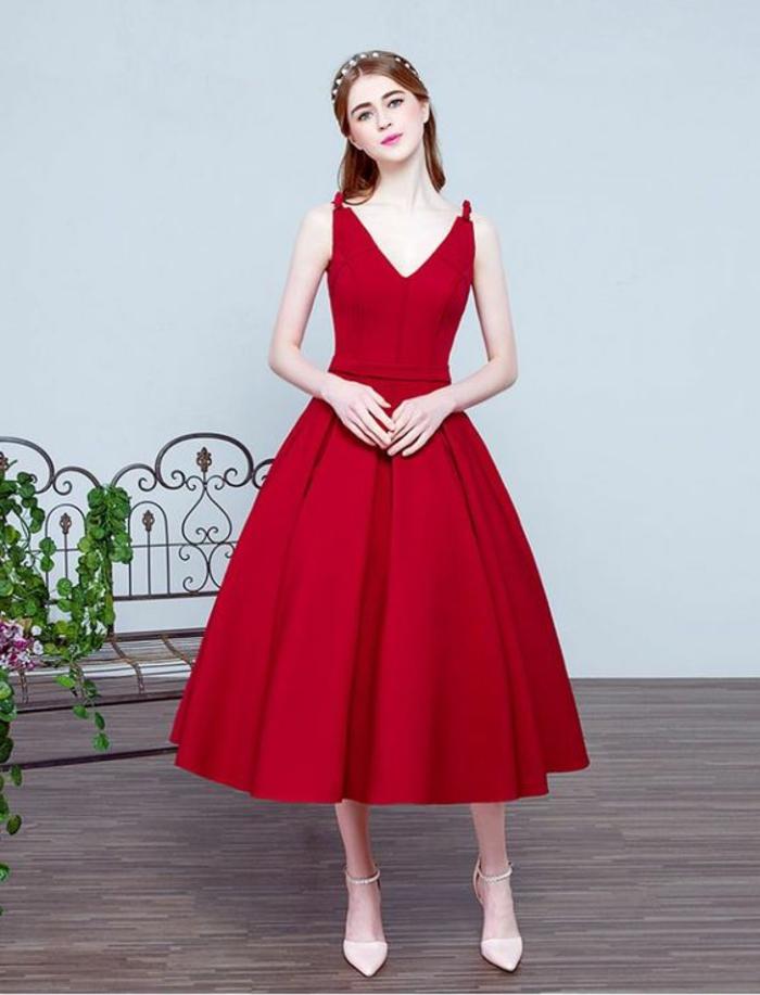 robe pour mariage évasée, en rouge, avec décolleté en V, sans manches, longueur aux chevilles, escarpins talons aiguilles en blanc, tenue sans accessoires