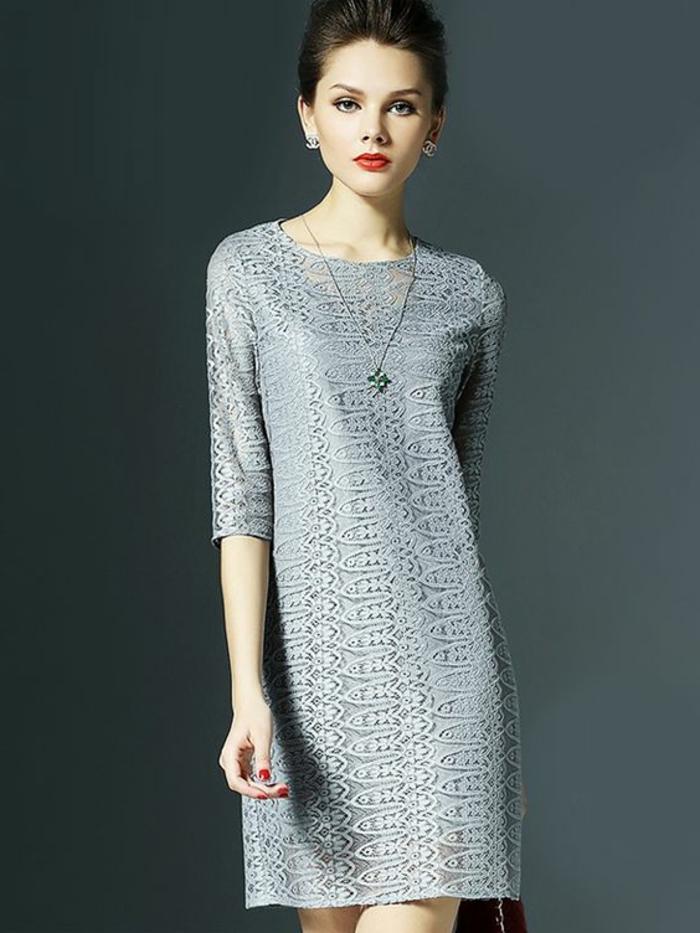 robe pour mariage en gris clair, en dentelle ajourée, col rond longueur mini, au-dessus des genoux, manches 3/4, avec collier en forme de croix, chaîne longue