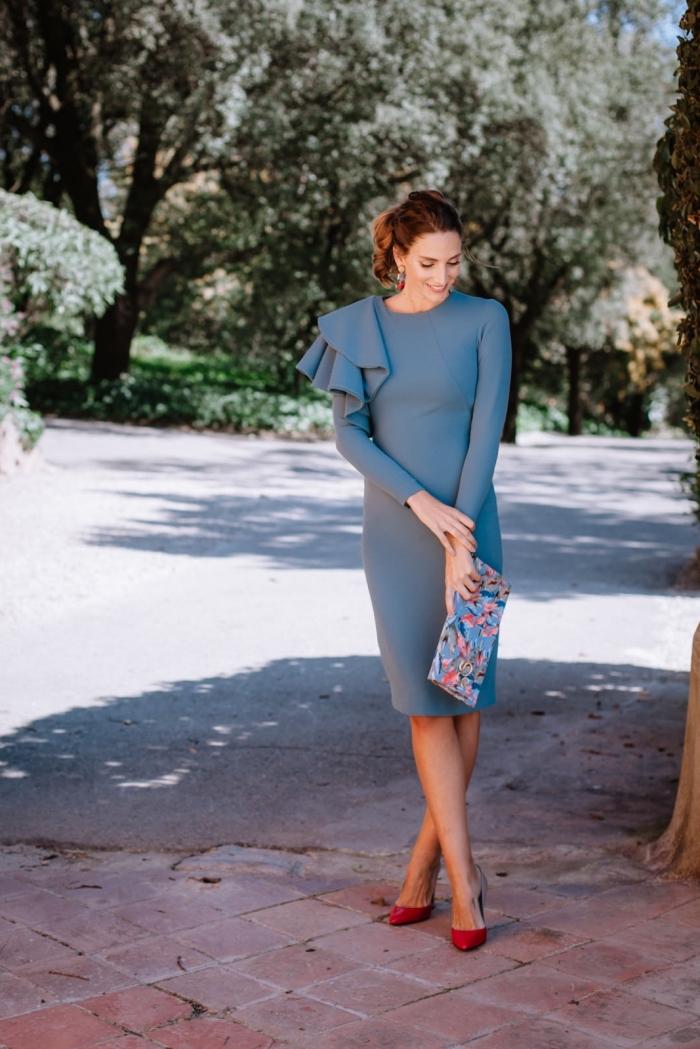 robe pour mariage, chaussures rouges à talons hauts et pochette bleue à design florale, coiffure cheveux mi-longs attachés en queue