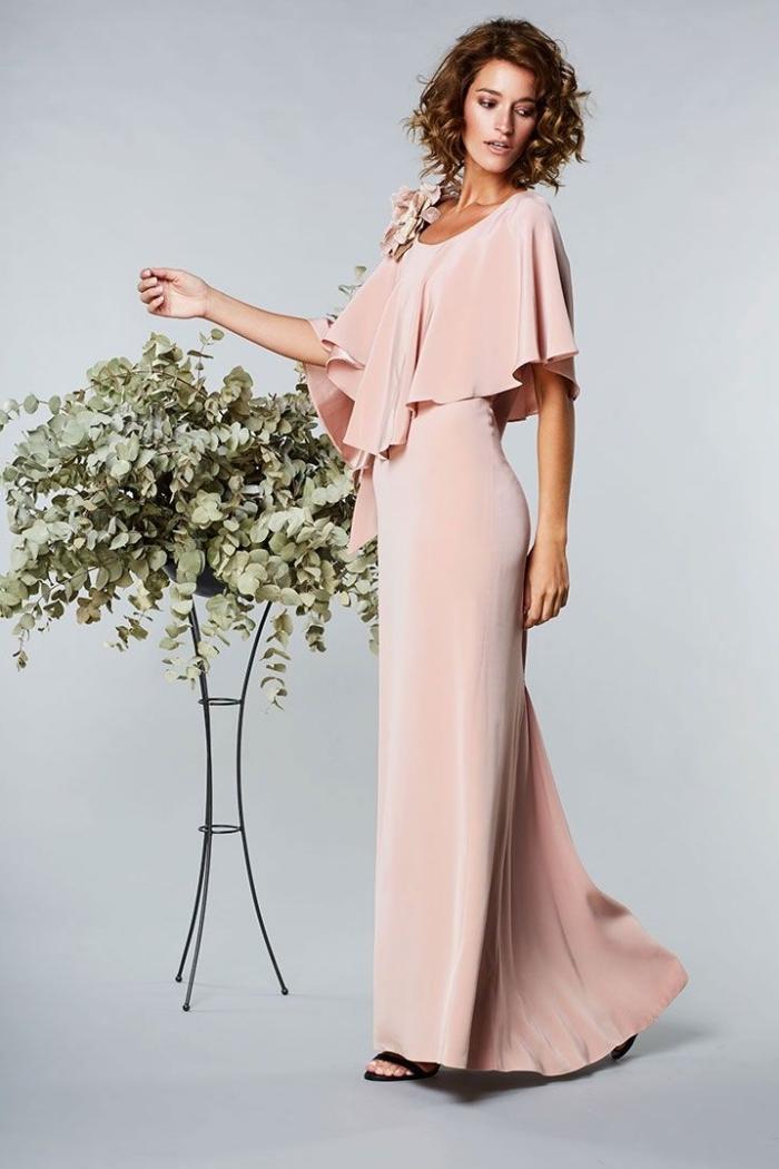 robe temoin de mariage, modèle de robe élégante et longue en couleur rose pastel, coupe de cheveux mi longs bouclés