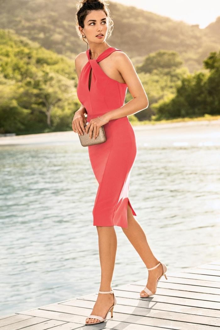 robe invitée mariage, coiffure de cheveux attachés en chignon bas avec mèches devant, robe rouge à longueur genoux