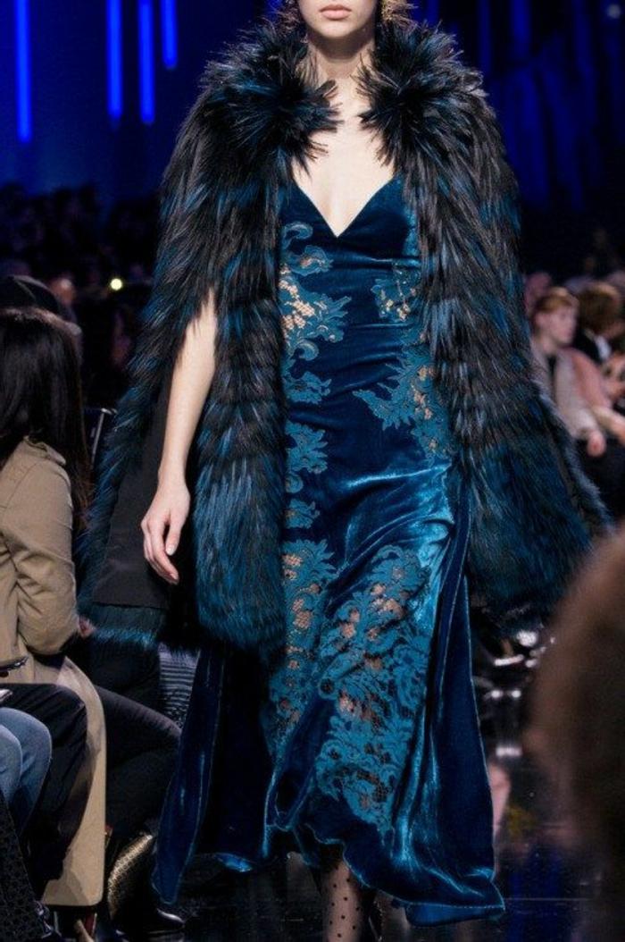 tenue de mariage femme en bleu azur aux motifs arabesques semi-transparentes, veste fausse fourrure en noir et bleu azur, avec des fentes profondes sur les bras, décolleté en V, bas noirs avec taffetas, longueur de la robe maxi