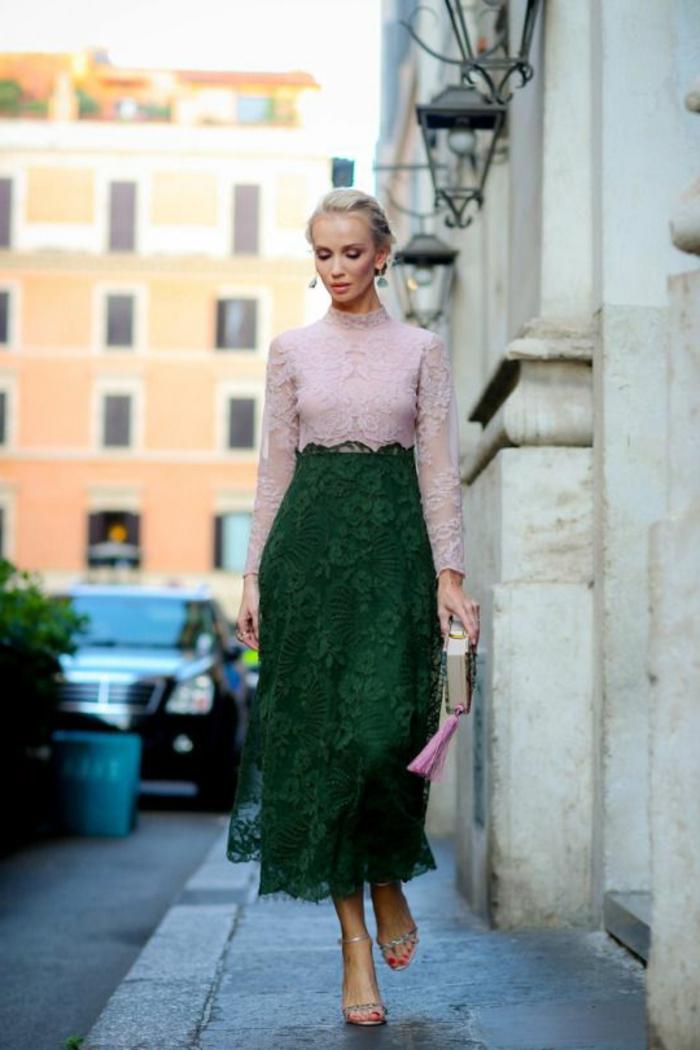 tenue de mariage femme en deux parties, jupe en dentelle verte, avec taille haute, blouse avec des manches longues en dentelle rose, col polo