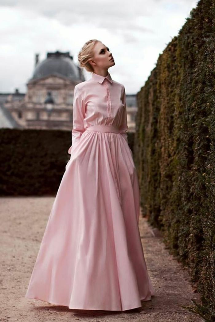 robe pour mariage en rose, longue et évasée, avec ceinture en tissu rose, col Claudine, manches longues, deux poches profondes