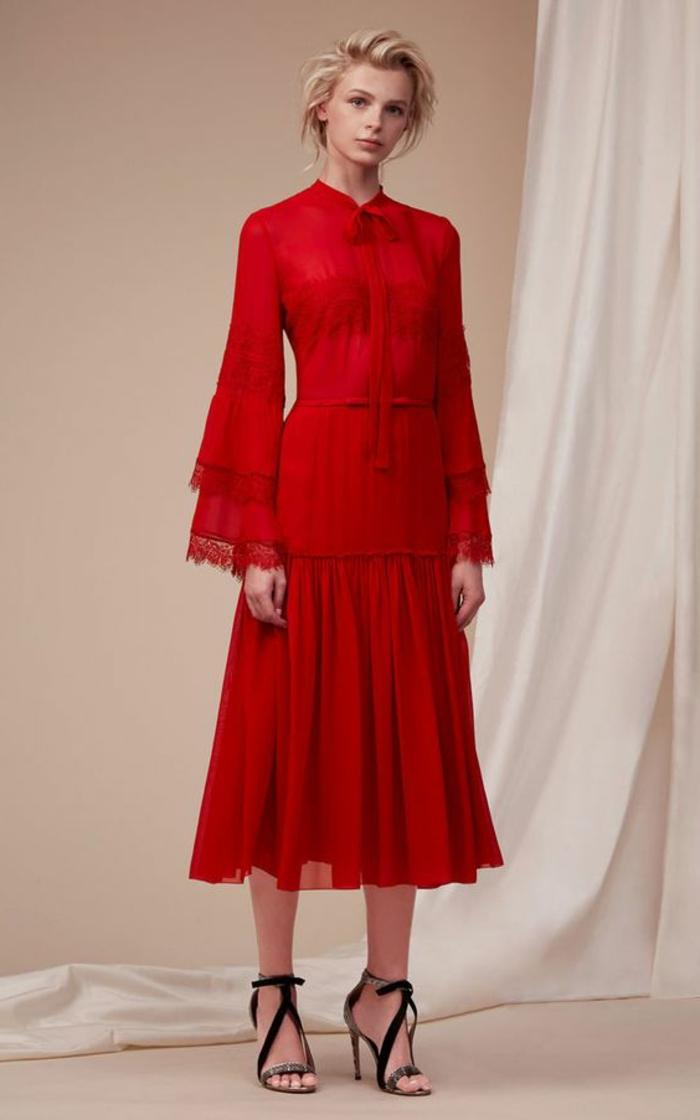 robe pour mariage en rouge, avec col Claudine, avec un nœud papillon long, manches longues évasées avec des volants, ornés de dentelle, sandales noires