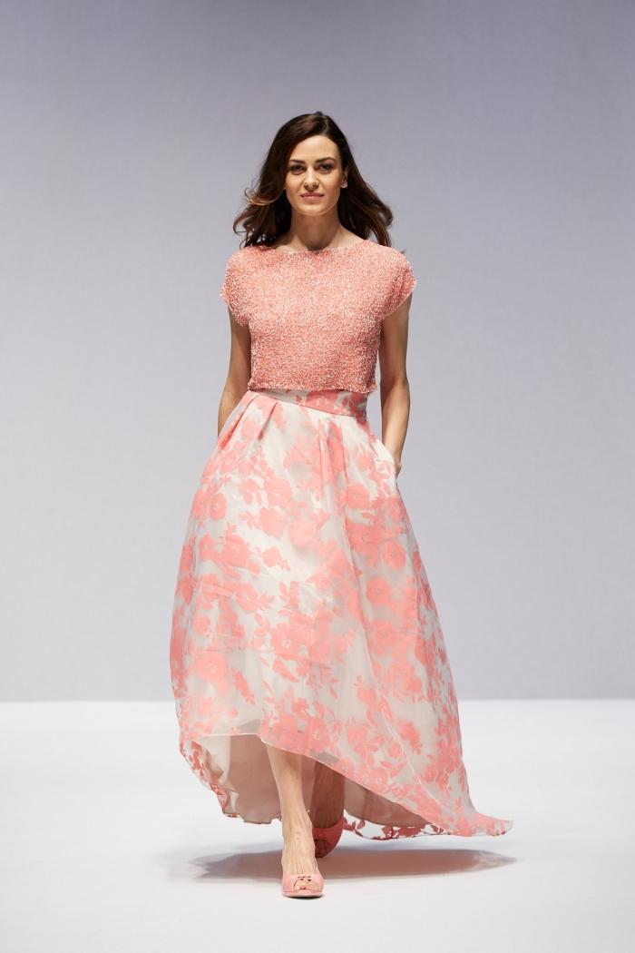 tenue pour mariage, jupe longue blanche à design florale rose portée avec top crop et sandales rose pale