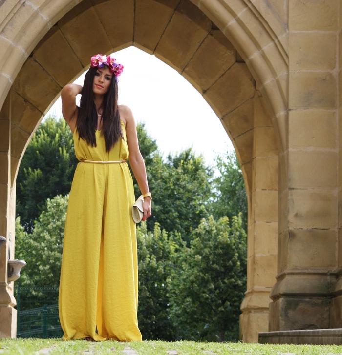 robe ceremonie mariage, coiffure cheveux longs et détachés, robe longue en jaune avec ceinture et montre en or