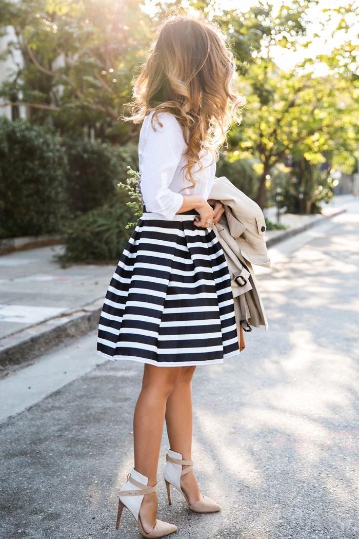 robe pour mariage, chemise blanche portée avec jupe rayée noir et blanc, paire de chaussures et manteau beige