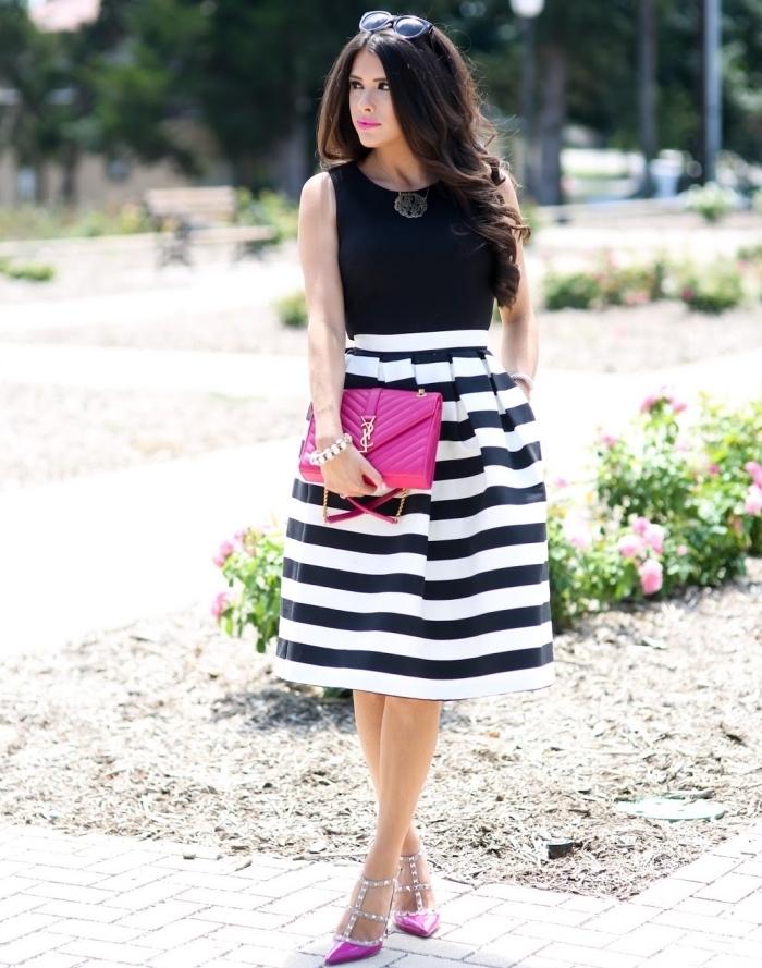 comment s habiller pour un mariage, jupe rayée en blanc et noir combinée avec top noir et sac à main fuschia