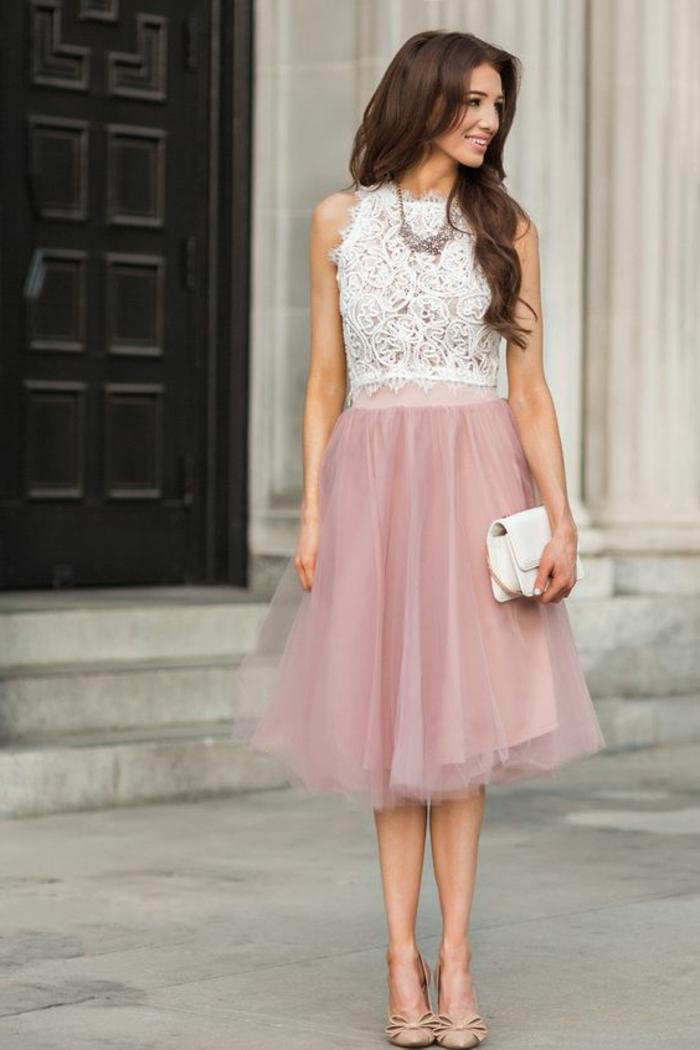robe pour mariage top en dentelle blanche, jupe en tulle rose, longueurs sous les genoux, pochette blanche, chaussures en couleur chair