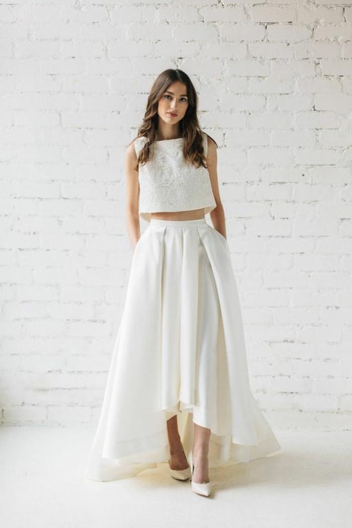 robe de soirée longue en blanc asymétrique, court devant, longue derrière, top mini sans manches, taille nue, escarpins pointus blancs