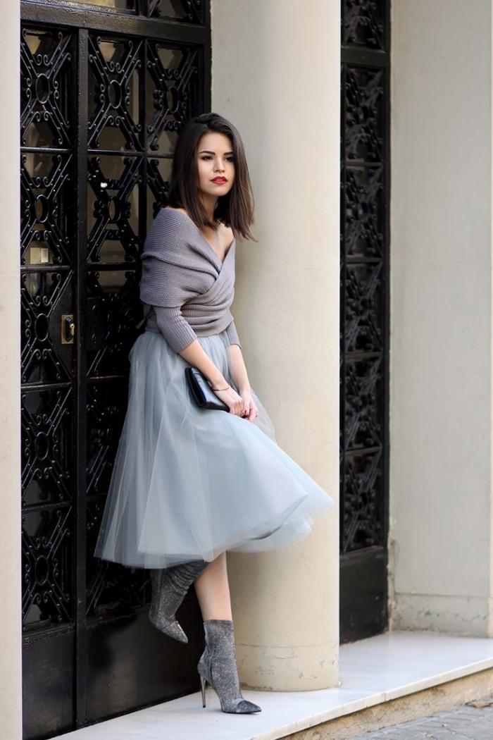 comment s habiller pour un mariage, jupe tutu avec bottines en velours gris et pull over au décolleté asymétrique