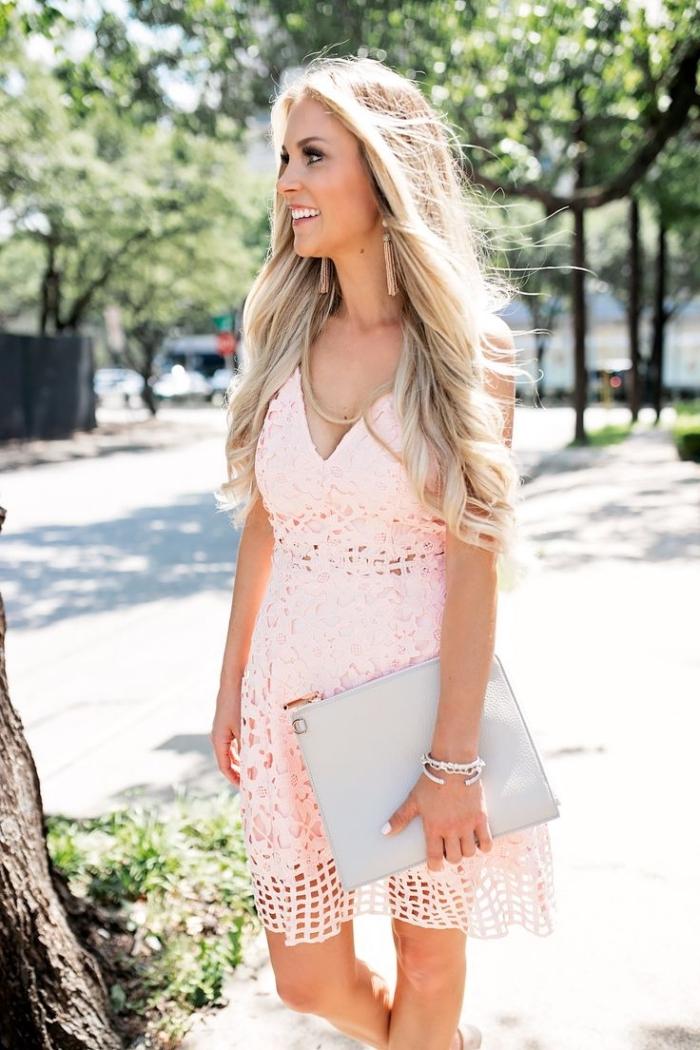 comment s habiller pour un mariage, coiffure de cheveux longs légèrement bouclés sur les points, modèle de robe avec décolleté en V