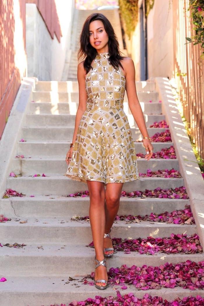 robe pour mariage, coupe de cheveux longs femme, modèle de robe courte à design doré et motifs géométriques
