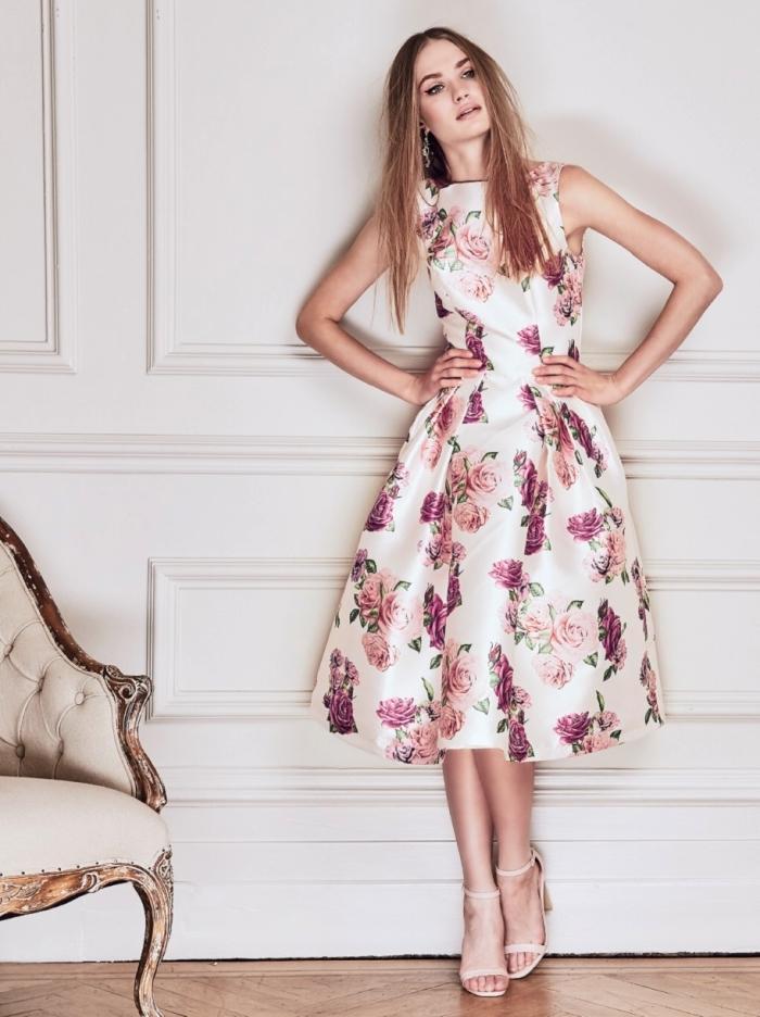 robes de cocktail pour mariage, robe à longueur genoux de couleur blanche avec fleurs rose et violet à porter avec paire de sandales beige