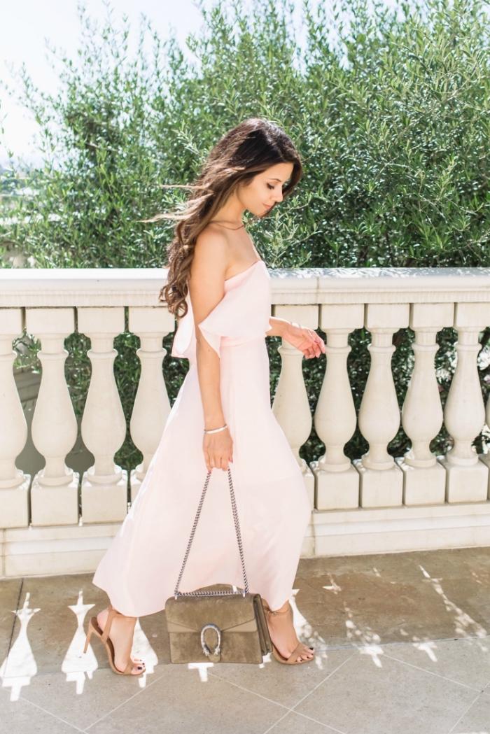 robe habillée pour mariage, coiffure des cheveux longs et bouclés, robe rose pastel combinée avec sandales beige
