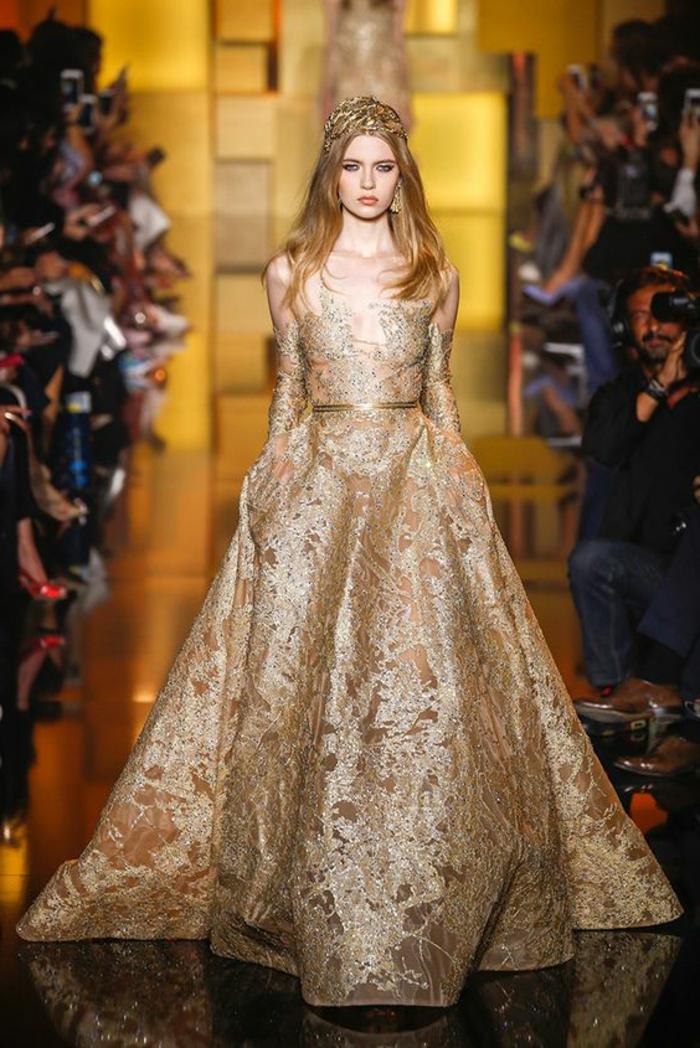 tenue de mariage femme en couleur or, longueur maximale, manches longues en dentelle couleur or, diadème de princesse en couleur or, ceinture ultra fine en couleur or, avec finition satinée