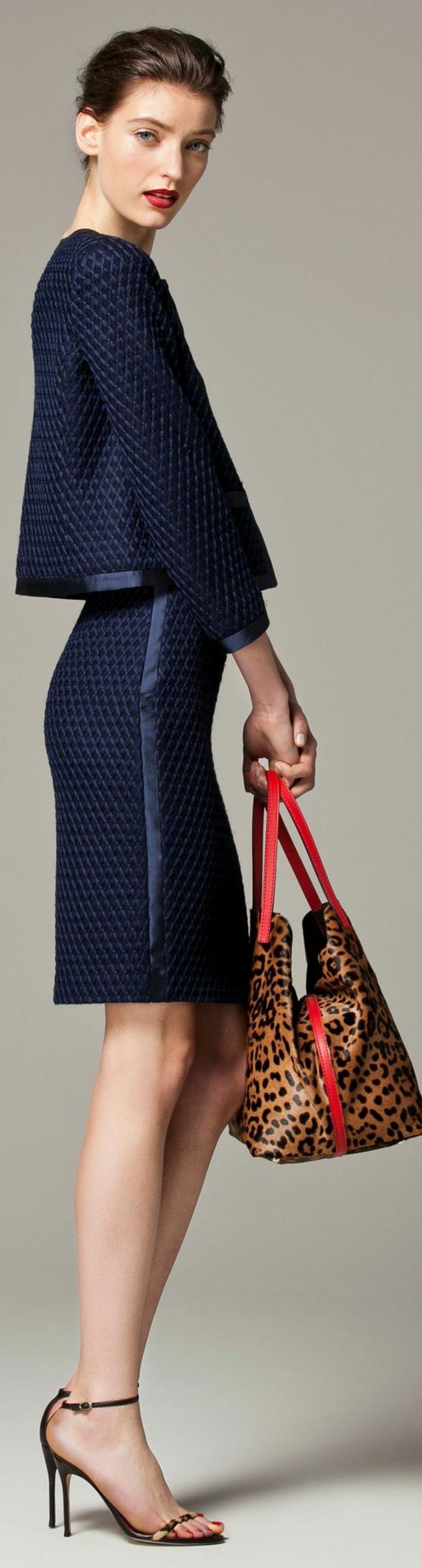 tenue de mariage femme en bleu marine jupe longueur mini et veste style boléro, sac aux motifs léopard, avec des sandales noires