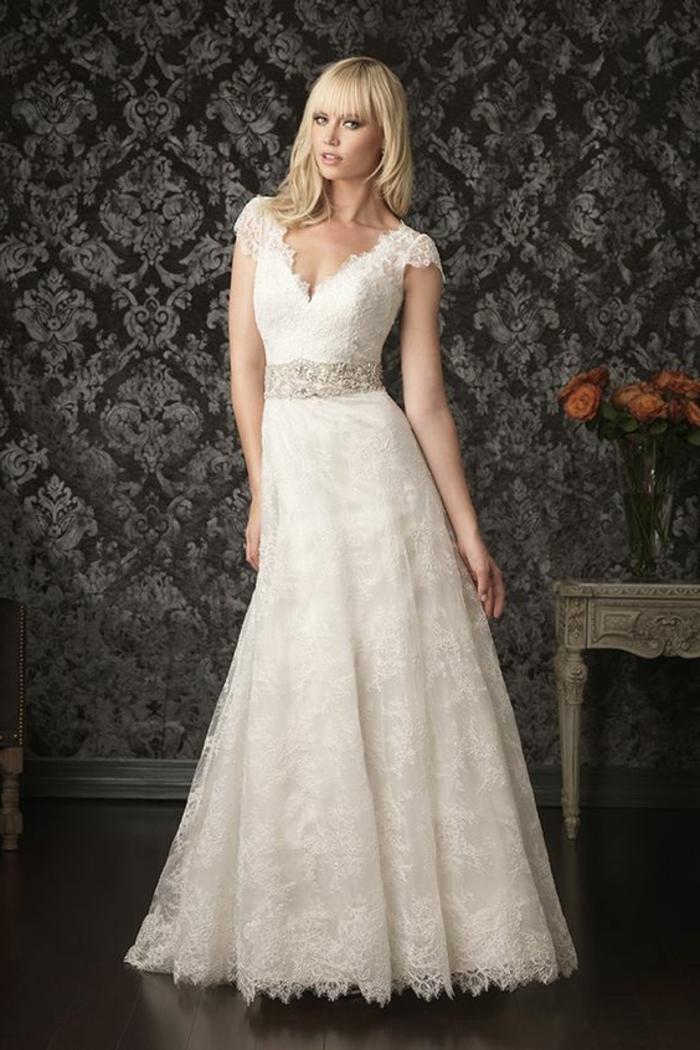 tenue pour mariage, robe de mariée en dentelle blanche, avec décolleté en V, et des manches ultra courtes en dentelle blanche, taille rehaussée par une ceinture en cristaux Swarovski blancs